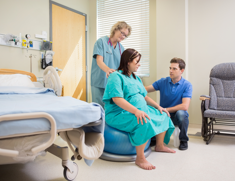 Těhotná maminka v porodnici čeká na porod