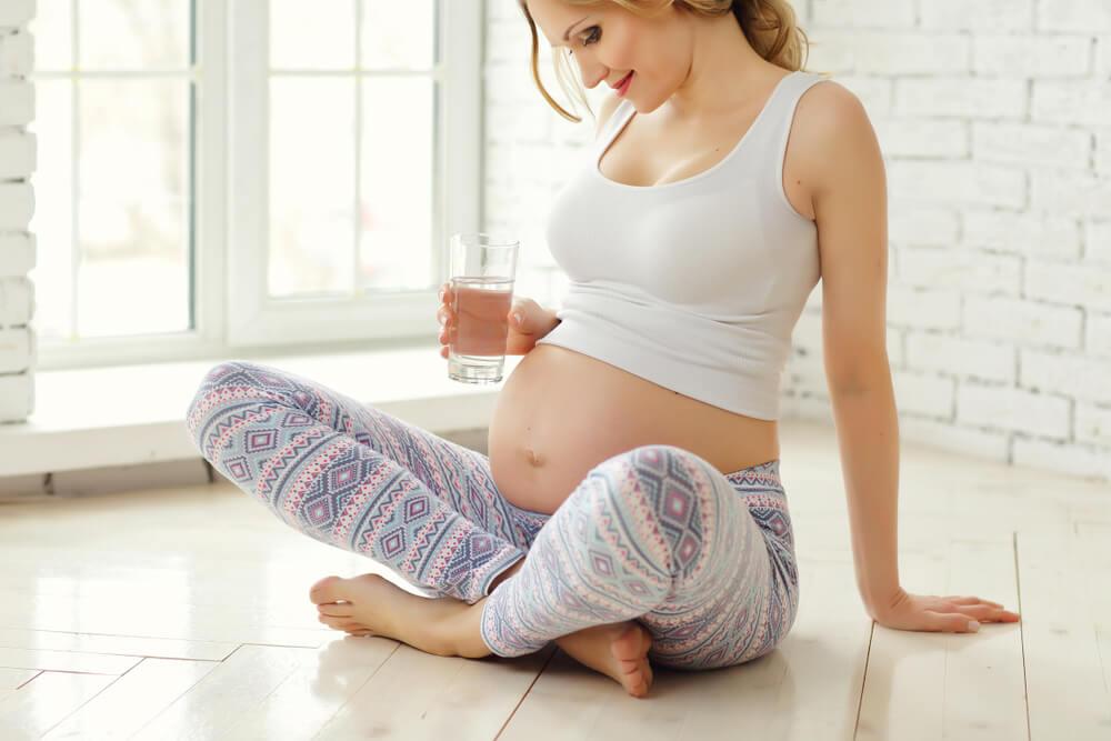 Těhotná žena s vodou