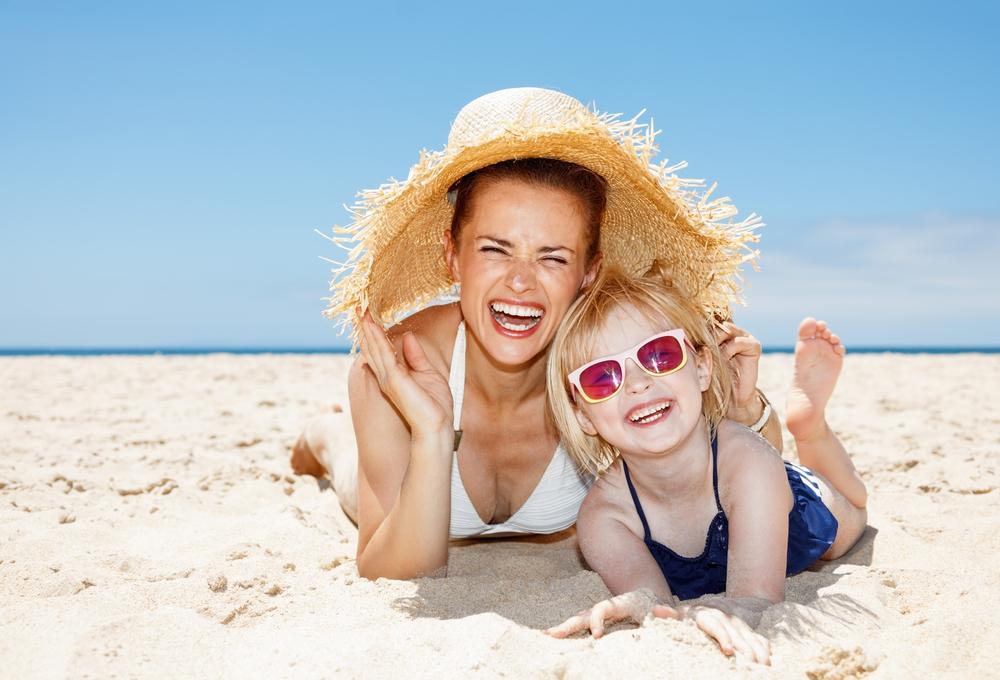 Maminka s dcerou na pláži