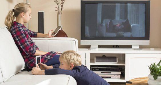 Děti sledující televizi a tablety
