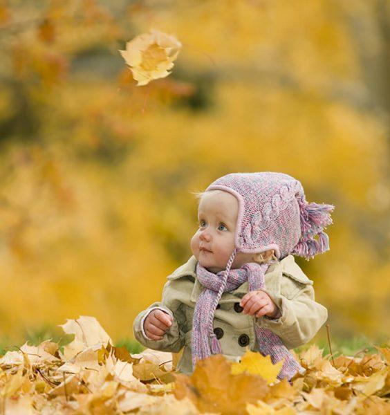 dítě v listí