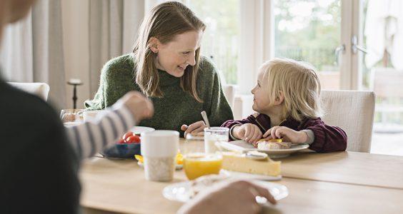 Rodina u snídaně