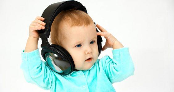Dítě se sluchátky