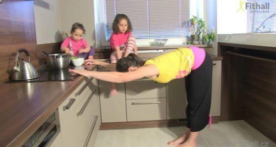 3 jednoduché cviky, které zvládnete i v kuchyni! 1
