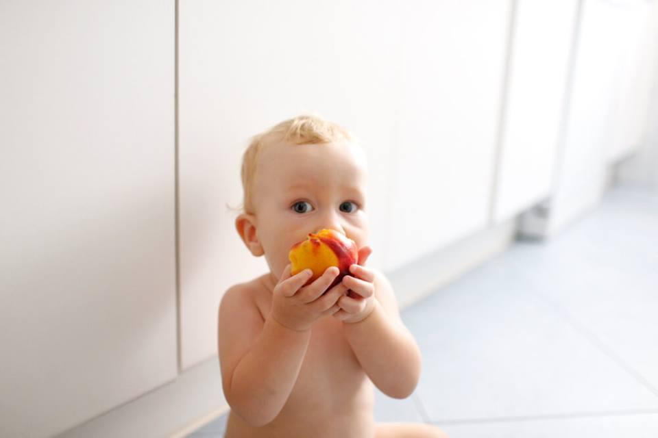 dítě s ovocem