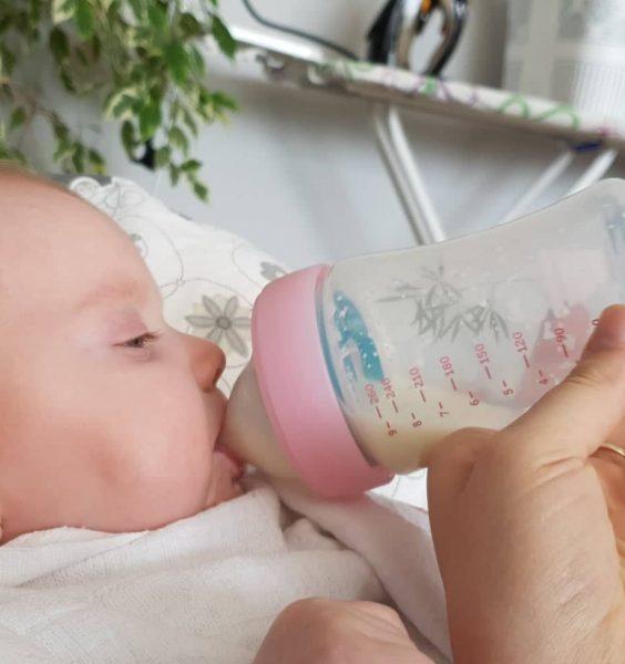Miminko pije z lahve Haberman
