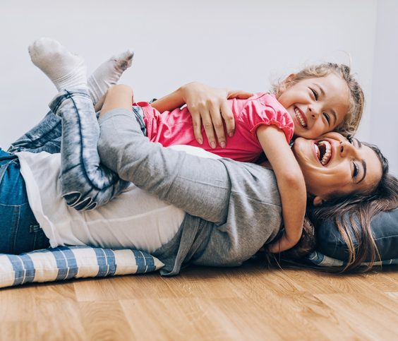 Agresivní malé děti Dítě se mazlí s matkou