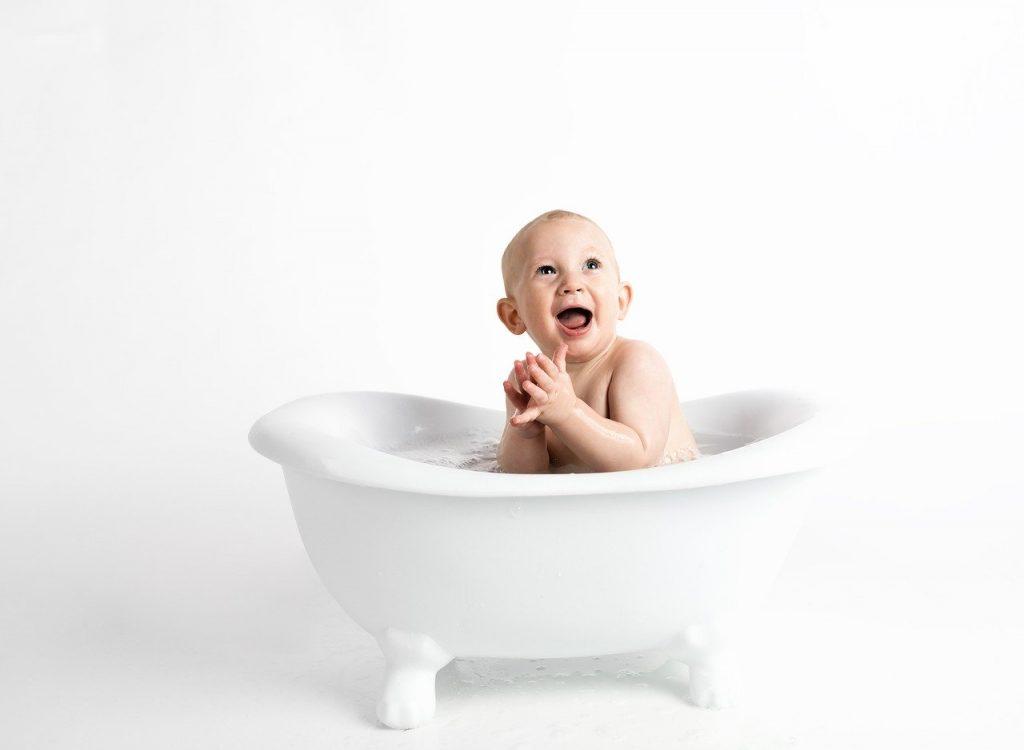 miminko ve vaně