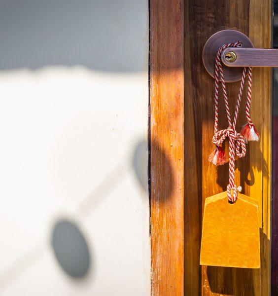 Zavěšená cedulka na klice od dveří