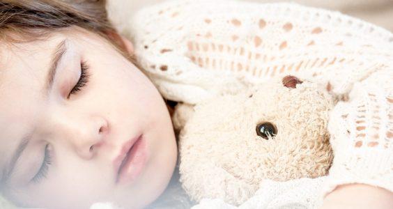 spící dítě s medvídkem