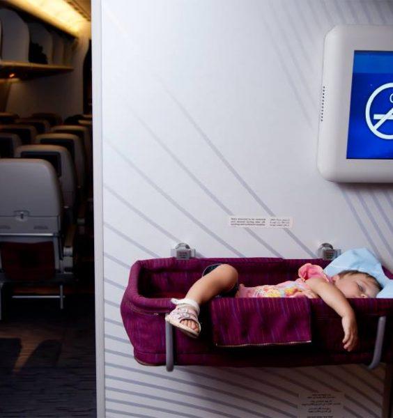 Dítě spící v postýlce v letadle