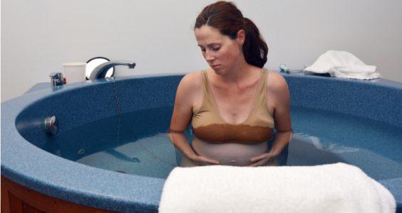 Matka rodí v bazénku