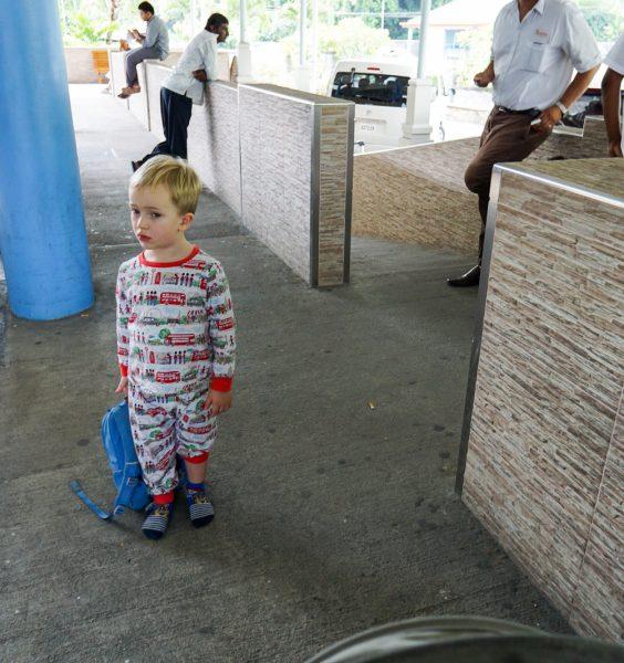 Dítě v pyžamku na letišti