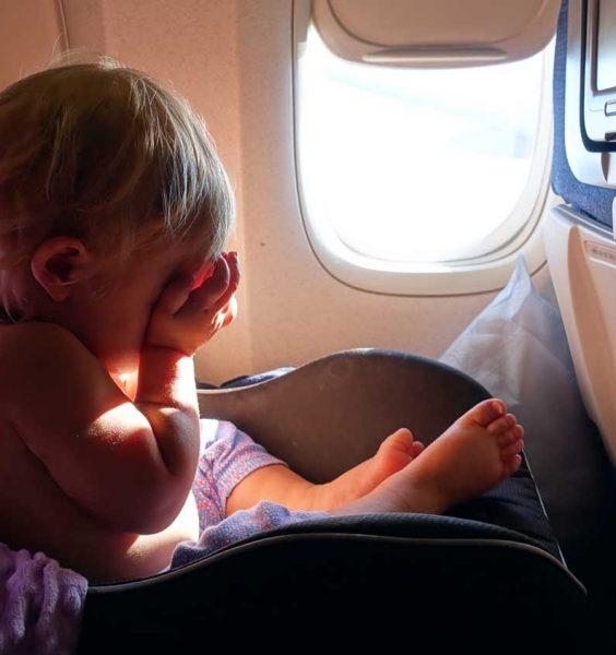 Dítě sedící v letadle