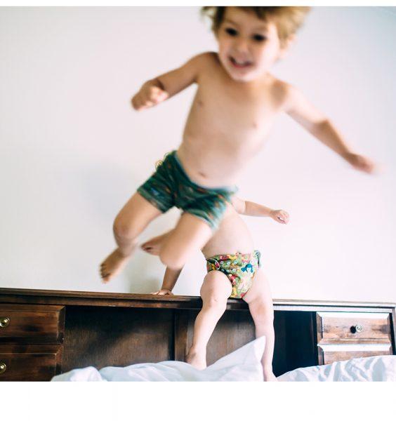 Skákající děti na posteli