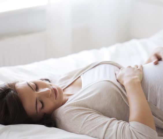 Spící žena na zádech