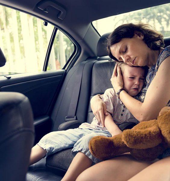 Matka utěšuje plačící dítě