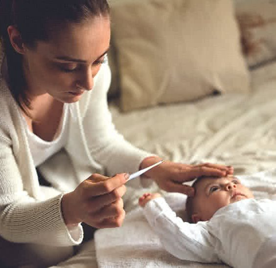 Matka měří teplotu dítěti