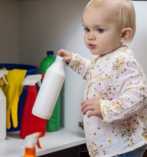 Dítě má ruce čistící prostředky