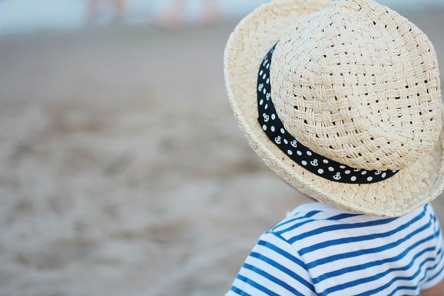 Dítě s kloboučkem na pláži