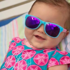 Dítě se slunečními brýlemi