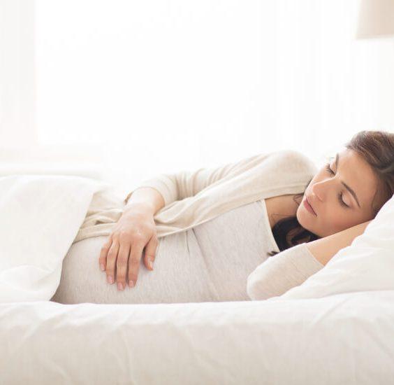 Spící žena na boku