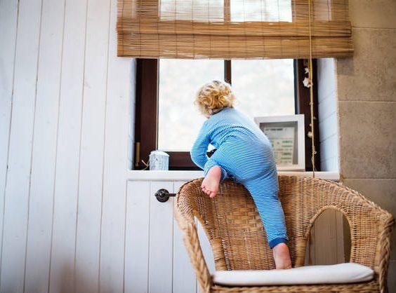 Hrozící pád dítěte z okna