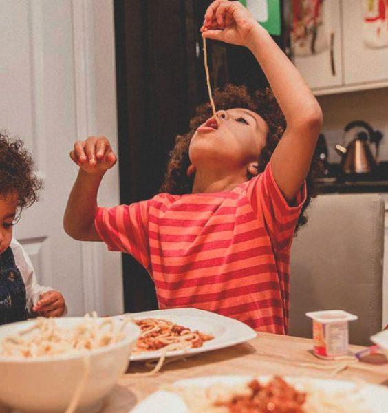 Dítě jí špagety