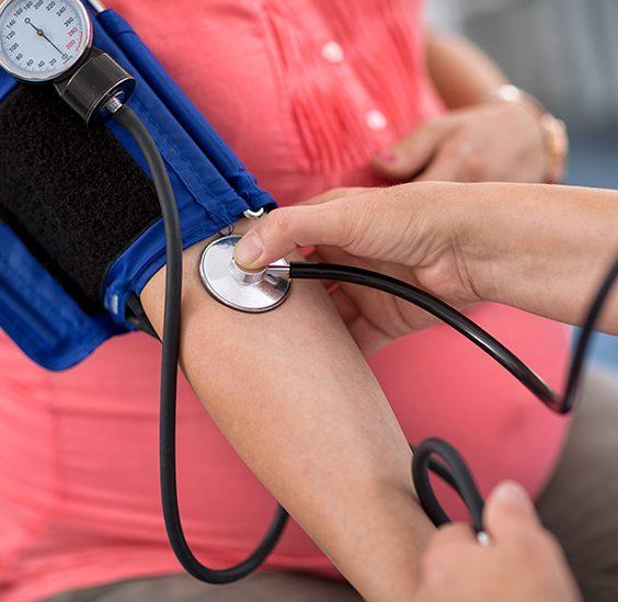 Měření tlaku u těhotné ženy