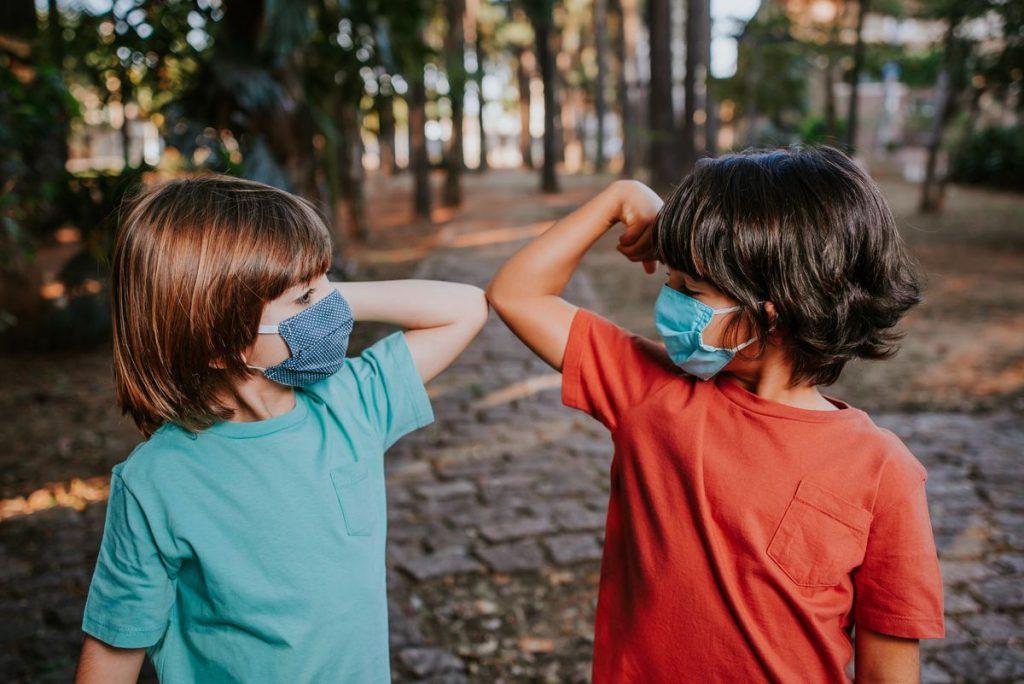 Koronavirus a nošení masek děti