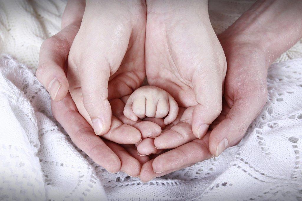 ruce dítěte, matky otce