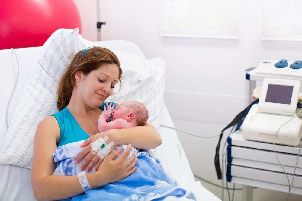 Novorozenec v nářučí maminky