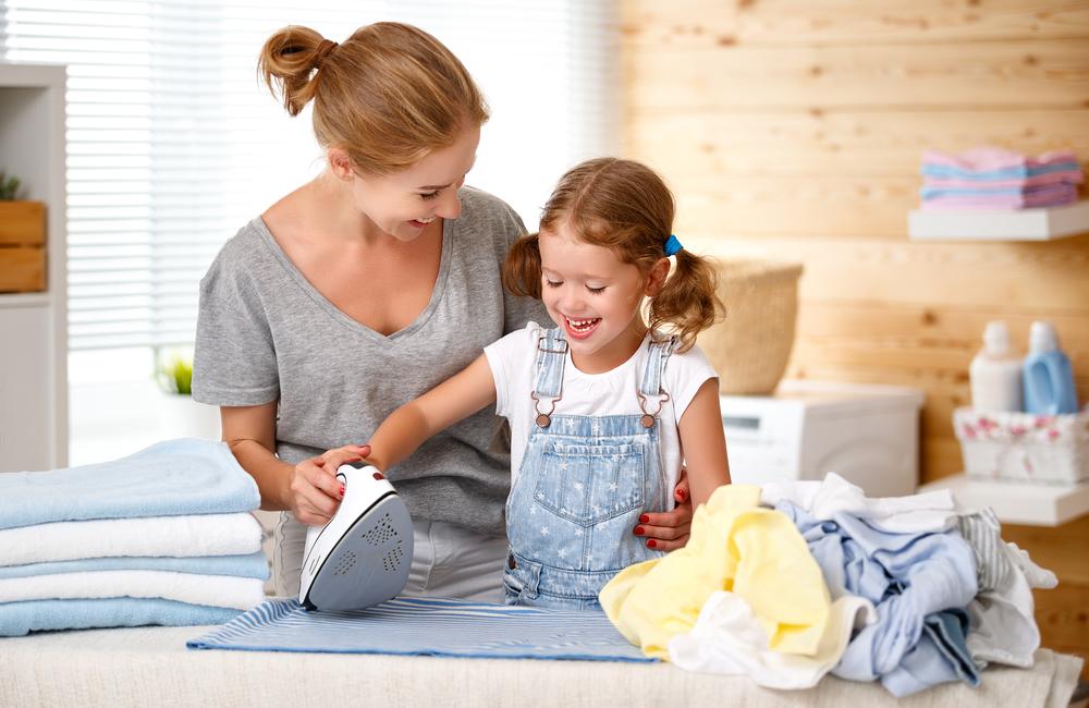 Maminka s dcerou při žehlení prádla